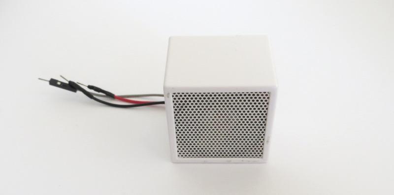 百均の小型スピーカーにアンプを組み込んだ例