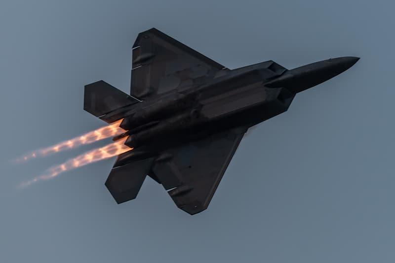 F-22:飛行中の機体下面